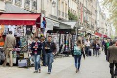 Οι τουρίστες περπατούν μετά από ένα κατάστημα καφετερίων και αναμνηστικών - Παρίσι, φράγκο στοκ φωτογραφίες με δικαίωμα ελεύθερης χρήσης