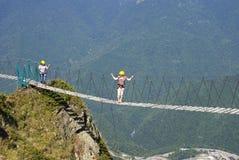 Οι τουρίστες περπατούν σε μια γέφυρα αναστολής σε 2.000 μέτρα Στοκ Φωτογραφία