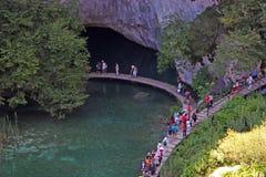 Οι τουρίστες περπατούν σε μια πορεία στις λίμνες Plitvice Στοκ Εικόνες