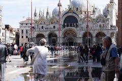 Οι τουρίστες περπατούν στην πλατεία SAN Marco Βενετία στοκ εικόνα
