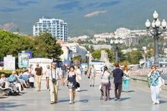 Οι τουρίστες περπατούν στον περίπατο σε Yalta το Σεπτέμβριο Στοκ Εικόνες