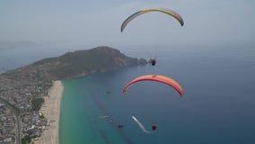 Οι τουρίστες πετούν από το ανεμόπτερο και εξερευνούν την παραλία της Κλεοπάτρας ` s φιλμ μικρού μήκους