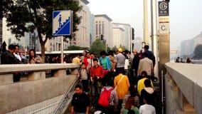 Οι τουρίστες πηγαίνουν κάτω στον υπόγειο στο Πεκίνο φιλμ μικρού μήκους