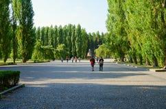 Οι τουρίστες πηγαίνουν στη γλυπτική περίλυπη μητέρα σύνθεσης στο πάρκο Treptow, Βερολίνο, Γερμανία στοκ φωτογραφία με δικαίωμα ελεύθερης χρήσης