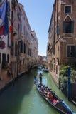 Οι τουρίστες πλέουν με τη γόνδολα Βενετία, Ιταλία Στοκ Εικόνες