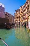 Οι τουρίστες πλέουν με τη γόνδολα Βενετία Στοκ φωτογραφία με δικαίωμα ελεύθερης χρήσης