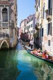 Οι τουρίστες πλέουν με τη γόνδολα Βενετία Στοκ εικόνα με δικαίωμα ελεύθερης χρήσης