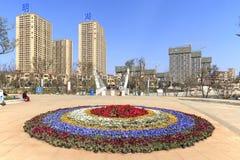Οι τουρίστες που ο χαρακτηρισμός πάρκων καταρρακτών Kunming 400 μετρούν τον ευρύ προκαλούμενο από τον άνθρωπο καταρράκτη Το Kunmi Στοκ Φωτογραφία