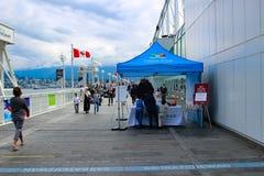 Οι τουρίστες που περπατούν κατά μήκος του Καναδά τοποθετούν τον προορισμό στο Βανκούβερ Η θέση του Καναδά είναι η κοινή θέση που  Στοκ Εικόνα