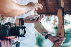 Οι τουρίστες προσπαθούν να χρησιμοποιήσουν ένα τόξο και ένα βέλος και το βλαστό σε έναν στόχο στοκ φωτογραφία με δικαίωμα ελεύθερης χρήσης