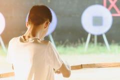 Οι τουρίστες προσπαθούν να χρησιμοποιήσουν ένα τόξο και ένα βέλος και το βλαστό σε έναν στόχο στοκ φωτογραφίες με δικαίωμα ελεύθερης χρήσης