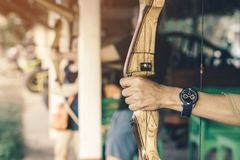 Οι τουρίστες προσπαθούν να χρησιμοποιήσουν ένα τόξο και ένα βέλος και το βλαστό σε έναν στόχο στοκ εικόνες με δικαίωμα ελεύθερης χρήσης