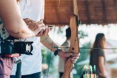 Οι τουρίστες προσπαθούν να χρησιμοποιήσουν ένα τόξο και ένα βέλος και το βλαστό σε έναν στόχο στοκ εικόνα με δικαίωμα ελεύθερης χρήσης