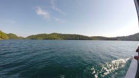 Οι τουρίστες σε μια βάρκα περιοδεύουν, νησί Mljet, Κροατία απόθεμα βίντεο
