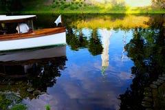 Οι τουρίστες σε μια βάρκα στην πόλη διοχετεύουν με την αντανάκλαση Στοκ Εικόνα