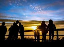 Οι τουρίστες σκιαγραφιών εξετάζουν ανατολή το σημείο άποψης στοκ φωτογραφίες