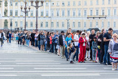 Οι τουρίστες στέκονται στις πολλές ώρες σειρών αναμονής στο Μουσείο Ερμιτάζ Στοκ Εικόνα