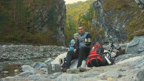 Οι τουρίστες στηρίζονται μετά από ένα πεζοπορώ οικογενειακά ταξίδια Περιβάλλον ανθρώπων από τα βουνά, ποταμοί, ρεύματα Περίπατος  φιλμ μικρού μήκους