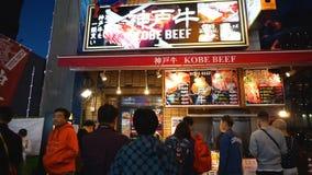 Οι τουρίστες στη σειρά αναμονής στην μπριζόλα βόειου κρέατος kobe ψωνίζουν απόθεμα βίντεο