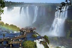 Οι τουρίστες στις πτώσεις Iguazu, Foz κάνουν Iguacu, Βραζιλία Στοκ εικόνα με δικαίωμα ελεύθερης χρήσης