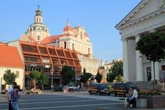Οι τουρίστες στο Δημαρχείο τακτοποιούν στην παλαιά πόλη Vilnius, Vilnius Στοκ Εικόνες