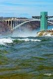 Οι τουρίστες στο ουράνιο τόξο γεφυρώνουν πέρα από το φαράγγι ποταμών Niagara Στοκ εικόνες με δικαίωμα ελεύθερης χρήσης