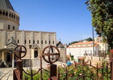 Οι τουρίστες συλλέγουν έξω από την εκκλησία Annunciation, σπίτι περιοχών της Virgin Mary στοκ εικόνες