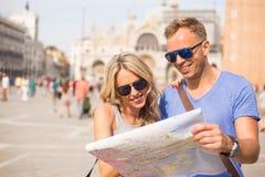 Οι τουρίστες συνδέουν την εξέταση το χάρτη πόλεων στοκ φωτογραφία με δικαίωμα ελεύθερης χρήσης