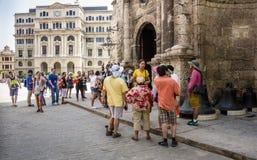 Οι τουρίστες συλλέγουν στο ST Francis Assisi Plaza στην Αβάνα Στοκ εικόνα με δικαίωμα ελεύθερης χρήσης