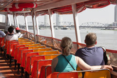 Οι τουρίστες ταξιδεύουν τον ποταμό ταξίδι στη Μπανγκόκ με τη βάρκα Στοκ Φωτογραφίες