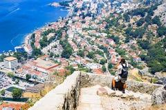 Οι τουρίστες του Μαυροβουνίου θαυμάζουν την άποψη του κόλπου στοκ φωτογραφία με δικαίωμα ελεύθερης χρήσης