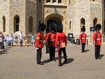 Οι τουρίστες φαίνονται η τελετή της αλλαγής της φρουράς της βασίλισσας στον πύργο του Λονδίνου, UK στοκ εικόνα