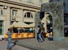 Οι τουρίστες φωτογραφίζονται στο μνημείο σε Bulat Okudzhava στο παλαιό Arbat στη Μόσχα Στοκ φωτογραφία με δικαίωμα ελεύθερης χρήσης