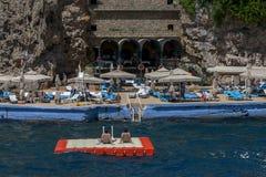 Οι τουρίστες χαλαρώνουν σε μια τεχνητή πλατφόρμα δίπλα στον κόλπο Antalya στην Τουρκία Στοκ Εικόνες