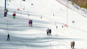 Οι τουρίστες χαλαρώνουν στο χιονοδρομικό κέντρο βουνών απόθεμα βίντεο