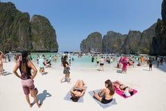Οι τουρίστες χαλαρώνουν του κόλπου της Maya Phi Phi Leh, Ταϊλάνδη Στοκ Εικόνες