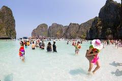 Οι τουρίστες χαλαρώνουν του κόλπου της Maya Phi Phi Leh, Ταϊλάνδη Στοκ Εικόνα
