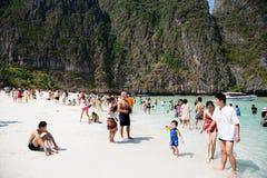 Οι τουρίστες χαλαρώνουν Phi Phi στο νησί Leh, Ταϊλάνδη Στοκ φωτογραφία με δικαίωμα ελεύθερης χρήσης