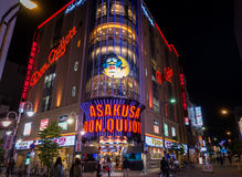 Οι τουρίστες ψωνίζουν σε Asakusa φορούν το αφορολόγητο κατάστημα έκπτωσης Quijote Στοκ Εικόνες