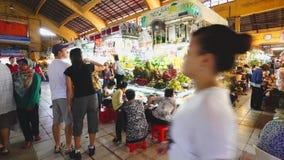 Οι τουρίστες ψωνίζουν στην αγορά του Ben Thanh απόθεμα βίντεο