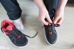 Οι τρέχοντας δαντέλλες παπουτσιών αγοριών στοκ φωτογραφίες