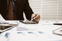 Οι τραπεζίτες αναλύουν τα οικονομικά στοιχεία στοκ φωτογραφία με δικαίωμα ελεύθερης χρήσης