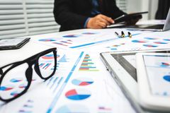Οι τραπεζίτες αναλύουν τα οικονομικά στοιχεία στοκ φωτογραφίες με δικαίωμα ελεύθερης χρήσης