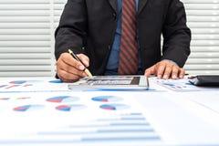 Οι τραπεζίτες καταγράφουν τις οικονομικές πληροφορίες στοκ φωτογραφία με δικαίωμα ελεύθερης χρήσης