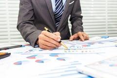 Οι τραπεζίτες καταγράφουν τις οικονομικές πληροφορίες στοκ φωτογραφία