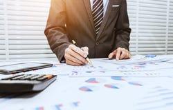 Οι τραπεζίτες καταγράφουν τις οικονομικές πληροφορίες στοκ εικόνα με δικαίωμα ελεύθερης χρήσης