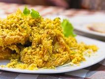 Οι τριζάτες τηγανισμένες γαρίδες σε ένα άσπρο πιάτο διακοσμούν με το πράσινο μαρούλι στοκ εικόνες