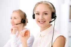 οι τρισδιάστατες εικόνες τηλεφωνικών κέντρων ανασκόπησης απομόνωσαν το λευκό Εστίαση στην όμορφη ξανθή γυναίκα στην κάσκα στοκ φωτογραφία