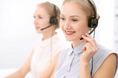 οι τρισδιάστατες εικόνες τηλεφωνικών κέντρων ανασκόπησης απομόνωσαν το λευκό Εστίαση στην όμορφη ξανθή γυναίκα στην κάσκα Στοκ Εικόνες