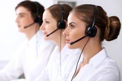 οι τρισδιάστατες εικόνες τηλεφωνικών κέντρων ανασκόπησης απομόνωσαν το λευκό Εστίαση στην όμορφη γυναίκα στην κάσκα Στοκ Εικόνες